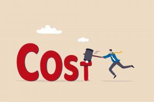 Grafika przedstawiająca mężczyznę obniżającego swoje wydatki