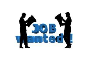 Sylwetki mężczyzn przeglądających oferty pracy
