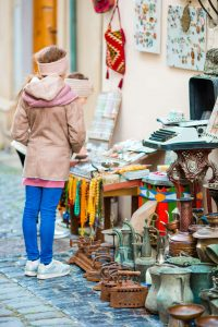 Dziewczynki oglądające produkty na pchlim targu