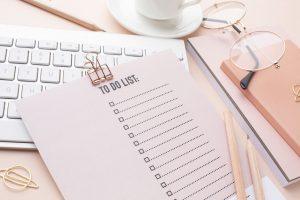 Kartka z listą rzeczy do zrobienia na biurku w pracy