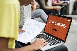 Student pobierający stypendium