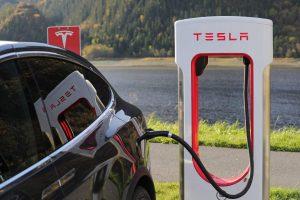 Tesla ładująca się w stacji Supercharger