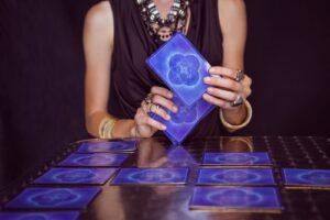 Wróżka układająca Karty Tarota