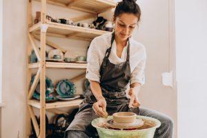 Kobieta na warsztatach ceramicznych