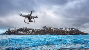 Dron lecący w stronę lodowca
