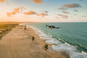 Dron lecący nad plażą