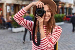 Kobieta zajmująca się fotografią