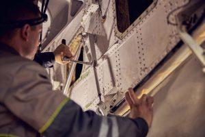 Inżynier lotnictwa w pracy