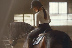 Kobieta jeżdżąca konno