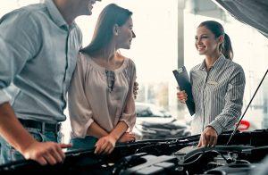 Para rozważa zakup samochodu