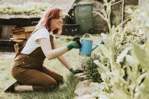 Kobieta zajmująca się ogrodnictwem