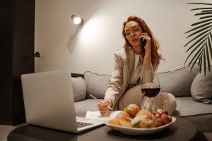 Kobieta pracująca w domu po godzinach
