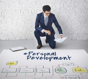 Mężczyzna spoglądający na schemat rozwoju osobistego