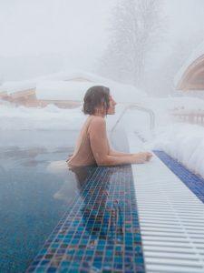 Kobieta w basenie termlanym