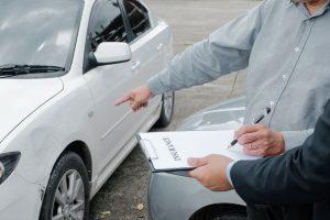 Agent ubezpieczeniowy dokonuje oględzin auta po stłuczce