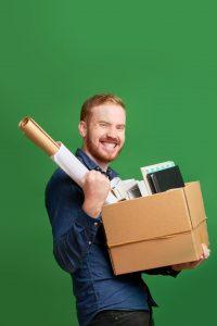 Szczęśliwy mężczyzna po utracie pracy