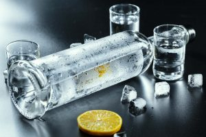 Zimna wódka, kieliszki i cytryna